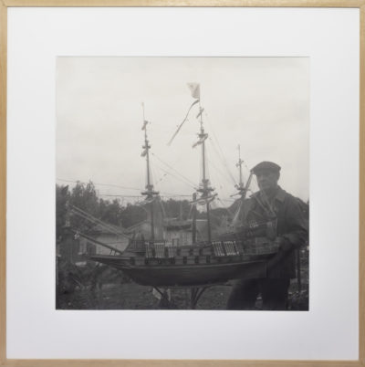 Portrait de marin avec sa maquette de bateau